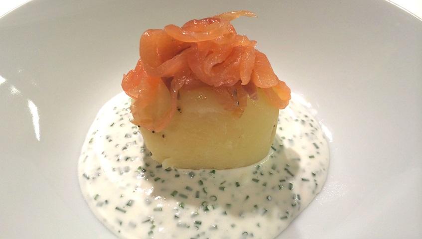 Amanida de patata i salmó fumat amb salsa de iogurt i fonoll