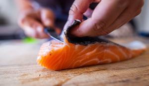 Peix cru a la taula de casa