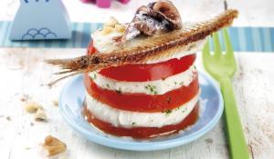 Amanida de tomàquet i mozzarella amb anxoves