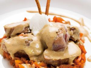 Llom de porc ibèric amb cremós de formatge de cabra i ceba caramel·litzada