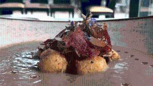 Sopa de carxofes amb bunyols de bacallà i greixonets de pernil ibèric